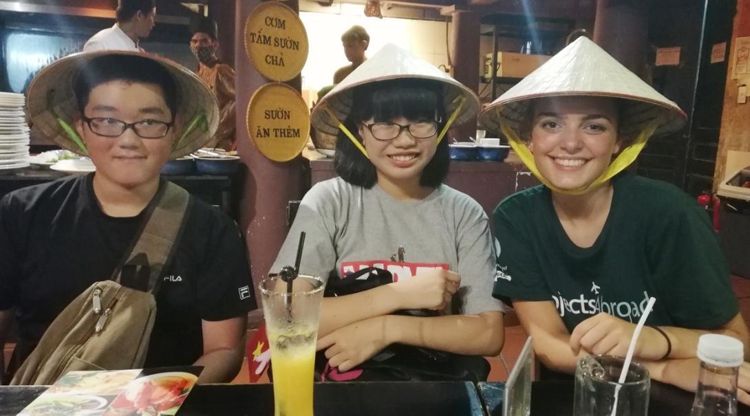 ベトナム文化を楽しむ高校生ボランティアたち